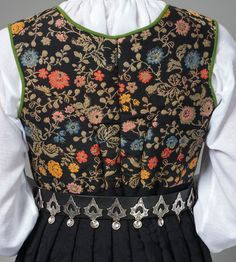 Rygg på Tranum Røer. Folk Costume, Costumes, All Things, Apron, Floral Tops, Blouse, Clothes, Norway, Scandinavian