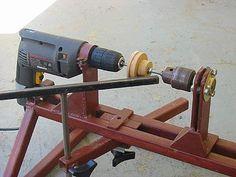 Tour à bois fait maison avec une perceuse, un mandrin, et un bâti métal: sur cette photo, la pièce est montée sur une tige filetée 1/4 fixée par chaque mandrin. Le reste de l'outil est également en position. Longueur de travail effective de 300mm et empattement de 120mm.