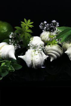 http://www.uncuisinierchezvous.com/ >Meringues au lait – chèvre au citron vert Aspérule odorante et herbes aux bisons