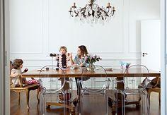 Desenhar e devorar cupcakes é uma das muitas brincadeiras possíveis na sala de jantar desta casa, que tem poltronas Louis Ghost, clássico de Philippe Starck para a Kartell. Projeto da arquiteta Vanessa Férres    Edu Castello / Casa e Jardim