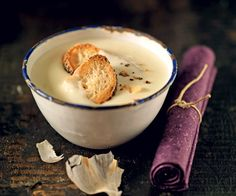 Prepare a delicious Provencal specialty: the garlic soup! Cooking Chef, Cooking Recipes, Kitchen Recipes, Soup Recipes, Garlic Soup, Winter Food, Diy Food, No Cook Meals, Recipes