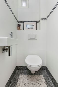 Toilet, Jaren 30 Woning. Minimalist Bathroom Design, Bathroom Design Small, Bathroom Interior Design, Terrazzo, Bathroom Toilets, Bathroom Wall, Attic Shower, Bedroom Built In Wardrobe, Toilet Tiles