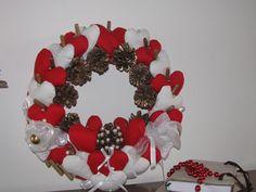 Ciao a tutti questo è una ghirlanda natalizia fatta in stoffa e pigne naturali e perline e bastoncini de legno