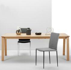 Luka. Der Tisch wird aus massivem Eichenholz und Eichenfurnier angefertigt. Mit ihm daheim kannst du richtig große Dinnerparties schmeißen: die Tischplatte ist ausziehbar, falls du spontan mehr Platz brauchst.