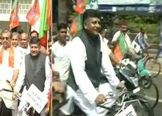 Senior BJP leader Ravi Shankar Prasad expresses solidarity with the people by protesting against the government's reforms on a cycle