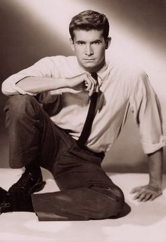 TONY PERKINS wearing casual so well. From Hollywood & the Ivy Look. By Graham Marsh & Tony Nourmand. Hollywood Divas, Old Hollywood Movies, Hollywood Icons, Classic Hollywood, Vintage Movie Stars, Classic Movie Stars, Tab Hunter, Norman Bates, Photos Originales