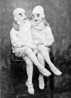 """And you thought you were the only class clown. From the book """"Miss Peregrine's Home for Peculiar Children"""" Bizarre Photos, Creepy Photos, Weird Old Photos, Creepy Vintage, Vintage Clown, Creepy Clown, Creepy Halloween, Scary Circus, Fete Halloween"""