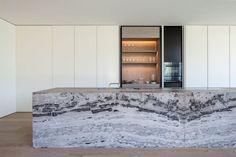 Os arquitetos da Govaert & Vanhoutte recentemente terminaram uma casa impressionante junto ao rio na região de Gante, na Bélgica.