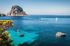 Veleros en cala d'Hort, al suroeste de Ibiza, con la famosa roca de Es Vedrà al fondo.