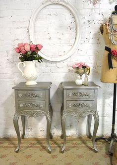 Une belle nouvelle marque Français table de nuit pour votre maison romantique !  Il sagit dun morceau tout neuf qui peut être peint de nimporte