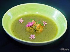 Crema di zucchine, fiori di zucca e porri con gamberi saltati alla curcuma, cardamomo e sale nero di Cipro