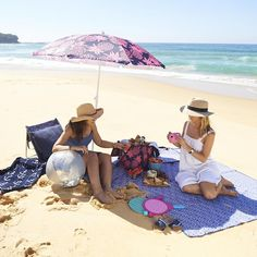 The essential guide to a perfect beach picnic - tips, suggestions and easy recipes  .  #liddylifestyle #ciroa #beachpicnic #picnicideas #howtodoabeachpicnic