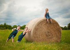 Farm Photography, Summer Photography, Children Photography, Farm Family Pictures, Sunflower Pictures, Kids Around The World, Foto Instagram, Family Photo Sessions, Fall Photos