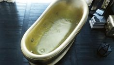 Treesse's fashionable bathtub in gold / Epoca Egg Collection