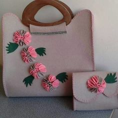 This Pin was discovered by Rey Diy Bags Easy, Lace Painting, Felt Purse, Diy Tote Bag, Accesorios Casual, Side Bags, Silk Ribbon Embroidery, Quilted Bag, Handmade Bags