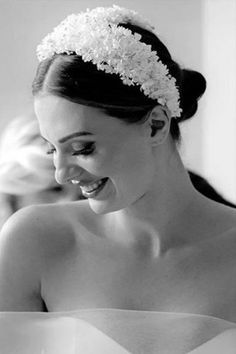 {Helpful Tips} 10 Bride Hair Accessory Trends 2020 - Wedding Hairstyles With Flower - Wedding Veils With Hair Down, Hair Comb Wedding, Bridal Hair, Pelo Vintage, Muslimah Wedding Dress, Bride Hair Accessories, Civil Wedding, Wedding Headband, Flowers In Hair