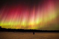 Редкое зрелище — полярное сияние красного цвета, вызванное ионизацией кислорода. Снимок сделан около Йеллоунайфа (Канада)