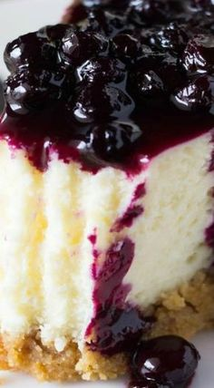 Lemon Cheesecake with Blueberry Compote Lemon Cheesecake with Blueberry Sauce. Creamy cheesecake, perfectly tangy lemon & juicy blueberry sauce - the PERFECT cheesecake flavor combo! - Lemon Cheesecake with Blueberry Compote Brownie Desserts, No Bake Desserts, Just Desserts, Health Desserts, Food Cakes, Cupcake Cakes, Cupcakes, Lemon Blueberry Cheesecake, Blueberry Sauce
