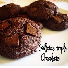 Quien quiera galletas diga YOOOO 🙋🏻 Galletas triple chocolate :  1/4 (30gr) taza de harina de almendras ( puedes moler las almendras y listo)  1/2 taza de cacao sin azúcar  1 cda de mantequilla de maní casera  Edulcorante al gusto  1 huevo  Canela  Pizca de sal marina  2 cuadros de chocolate  oscuro sin azúcar derretido ( use 70% cacao )  Agua ( aproximadamente 3 cucharadas )  Mezclamos todos los ingredientes menos el agua, esta se añade poco a poco al final para ir volviendo la masa…