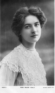 Miss Maude Fealy Vintage Pictures, Vintage Images, Edwardian Hairstyles, Old Portraits, Popular Photography, Gibson Girl, Most Beautiful Faces, Black And White Portraits, Edwardian Fashion