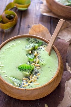 From another pinner: This Green Matcha Smoothie Bowl makes a perfect summer treat. Made with bananas, kiwis, matcha powder and almond milk - it tastes like ice cream and has only 180 calories! How To Make Smoothies, Healthy Green Smoothies, Apple Smoothies, Green Smoothie Recipes, Yummy Smoothies, Green Superfood, Smoothie Bol, Matcha Smoothie, Smoothie Drinks