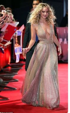 Jennifer Lawrence attends Red Sparrow premiere in London - Jennifer Lawrence looked worlds away from her demure look at Sunday night's BAFTAs as she took to - Beautiful Celebrities, Beautiful Actresses, Gorgeous Women, Beautiful Body, Khloe Kardashian, Jennifer Lawrence Style, Jennifer Lawrence Red Sparrow, Jennifer Laurence, Looks Party