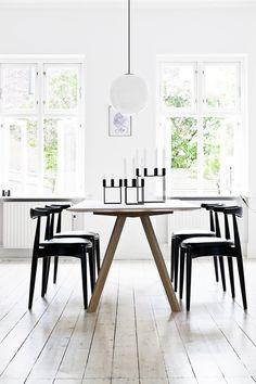 Fristelsen ble for stor da denne boligen dukket opp Dining Room Design, Dining Area, Kitchen Dining, Dining Table, Scandinavian Kitchen, Scandinavian Interior, Sweet Home, By Lassen, Minimalist Kitchen