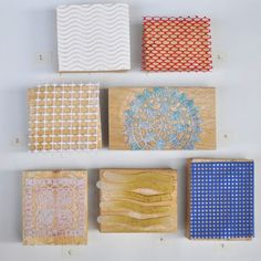 La fabricación de sus propios sellos de impresión 1. Rizado de papel a partir de una caja de regalo 2. El material que la cebolla bolsas están hechas de 3. Rollos de forros para cajones 4. Pañito de tela 5. Mantelito plástico 6. Tira de plástico de embalaje 7. Sinceramente, no sé qué es esto. Lo recogí en la sección de costura de una tienda de artesanía. Tal vez alguien me puede decir. De todas formas, es plástica.