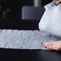 Os têxteis ajudam a suavizar uma mesa posta e são uma forma excelente de personalizar. Utilizámos cores suaves e naturais, sem padrões, para conferir um estilo elegante.