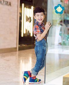"""Quần Áo Trẻ Em Hàn Quốc Chấp Cánh Cho """"Thiên Thần"""" Bay Xa Hơn Điều thứ hai là các mẹ nên tìm kiếm phong cách quần áo trẻ em Hàn Quốc phù hợp với con mình theo từng mùa. Điều này cũng rất quan trọng, bởi vì mọi người nên biết Hàn Quốc là đất nước quanh năm có nhiệt lạnh, nên quần áo được sản xuất có chất liệu vải rất dày. Còn ở Việt Nam quanh năm dường như là nóng bức nên nếu các mẹ không lựa chọn thật kỹ để các bé mặc có được cảm giác dễ chịu nhất."""