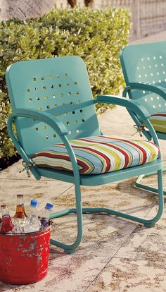 Glide your way back in time, in mid-century inspired fashion: our Retro Squares outdoor furniture offers classic, vintage charm paired with modern-day comfort and smooth-gliding and springing action.