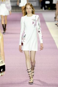 Giambattista Valli continued to showcase retro, inspired styles with his spring-summer 2016 collection presented during Paris Fashion Week. Cute Dresses, Short Dresses, Nyfw Style, Fashion Week, Fashion Trends, Paris Fashion, White Dresses For Women, Giambattista Valli, Classic Outfits