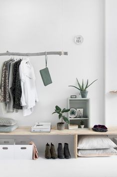 This style emerged in the mid-twentieth century and includes the foundations of minimalism and Nordic decoration . Keys to modern decoration Interior Decorating, Interior Design, Decorating Your Home, Student Room, Bedroom Styles, New Room, Interior Inspiration, Modern Decor, Bedroom Decor