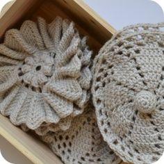 En 2013 L'étole de nicky epstein ne nous résistera pas ... Et à plusieurs l'aventure est plus belle ... En février au programme le médaillon 2 ... 23 cm de diamètre 67 g de Sport laine grège (Phildar) pour 1 médaillon L'envers du médaillon ... Et le fameux... Poncho Au Crochet, Pull Crochet, Form Crochet, Irish Crochet, Crochet Stitches, Crochet Patterns, Knitted Blankets, Crochet Projects, Arts And Crafts