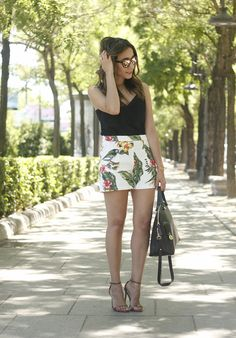 Happy Wednesday !! Today I show you a very summery look with a very cheerful tropical print shorts. To not add more color to the look I decided to combine them with a black top. As for the accessories I chose a very beautiful pair of bronze sandals and a black bag. My favorite accessory of this look are my new sunnies from Hawkers.