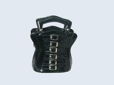 BOLSO CORSET ROEBUCK (35 €)  Bolso-mochila gótico negro de charol, en forma de corset, marca Roebuck. Nuevo sin usar. Pago con PayPal o Contra reembolso. 35 € + gastos de envío.