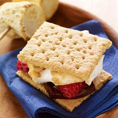 10 delicious smores: Strawberry and Chocolate S'mores - Take the classic campfire dessert up a notch by adding strawberry slices to Graham crackers, dark chocolate, and roasted marshmallow. Just Desserts, Delicious Desserts, Dessert Recipes, Yummy Food, Dessert Healthy, Dessert Food, Holiday Desserts, Campfire Desserts, Campfire Food