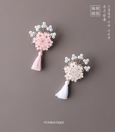 Korean Traditional Dress, Traditional Outfits, Decorative Knots, Fancy Jewellery, Flower Corsage, Pearl Brooch, Brooches Handmade, Hair Ornaments, Beaded Flowers