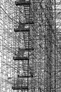 Black & White Photography Inspiration : justice By Chris Valle Photography - Photography Magazine Pattern Photography, Abstract Photography, Street Photography, Tachisme, Fotografia Macro, Foto Art, Scaffolding, Monochrom, Textures Patterns