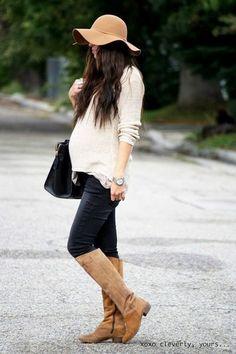 Mujer embarazada caminando