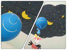 Palloncino blu sospeso dal soffitto stellato