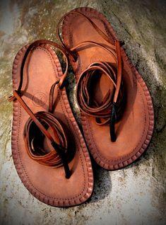 Sandalias de corredores pies descalzos de culto, famoso incluso entre todos los fans de la etno - cultura. Todo nuestro sortiment es hecho a mano. Vamos a hacer sandalias específicamente para sus pies en todas las variaciones de color posibles. Así marrón claro, natural, marrón oscuro,
