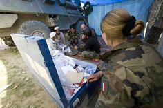 Infirmière militaire en mission d'aide à la population. © armée de Terre