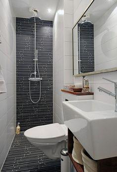 A lakótelepi, keskeny fürdőszobában a helyhiány miatt volt szükséges mindenből a legkisebbet választani. A mosdó is olyan apró, hogy alig vesszük észre a kép alsó sarkában :)