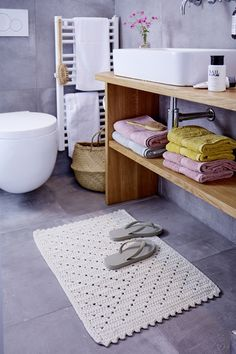 Bath rug, - free crochet pattern at Schachenmayr. Crochet Chain Stitch, Pom Pom Rug, Bath Storage, Crochet Kitchen, Knitted Baby Blankets, Diy Home Decor Projects, Wall Pockets, Floor Mats, Small Bathroom