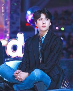 The way he crosses his legs and put them up like that makes him seem so maknae-like hahahahaha so cute Baekhyun Chanyeol, Sehun Vivi, K Pop, Rapper, Luhan And Kris, Exo Korean, Exo Members, K Idols, Super Powers
