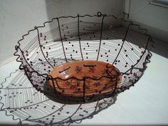 Drátovaný košíček s ručně malovanou keramickou oválnou miskou.