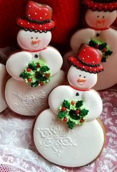 Here are the best Christmas Cookies decorations ideas for your inspiration. These Christmas Sugar Cookies decorated with royal icing are cutest desserts. Snowman Cookies, Christmas Sugar Cookies, Holiday Cookies, Holiday Treats, Owl Cookies, Snowman Wreath, Gingerbread Cookies, Fancy Cookies, Cute Cookies