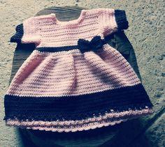 Vestido confeccionado em.crochê em fio 50% acrílico e 50% algodão <br>Cor - Rosa BB e.marrom <br>Tamanhos - 3 a 6 / 6 a 9/ 9 a 12-/ 18 meses <br>Tamanhos 2/ 4/ 6 anos $160,00