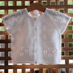 Layette tricotée entièrement à la main.  Travail soigné et délicat. finitions impeccables.  Les fils utilisés sont de qualité et spécialement adaptés à la peau fragile - 8384479